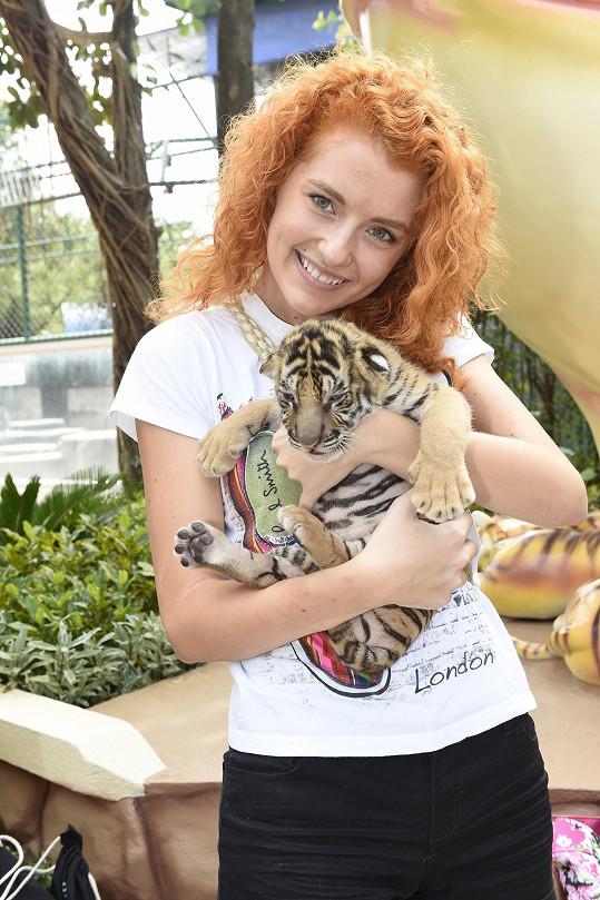 Adéla se během návštěvy tygří zoo tulila ke koťátku.