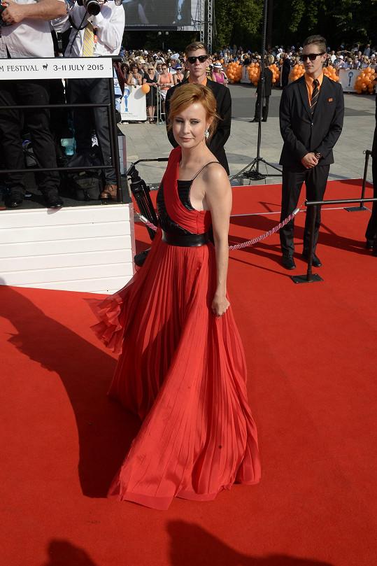 Jitka Schneiderová zvolila kombinaci rudé a černé.