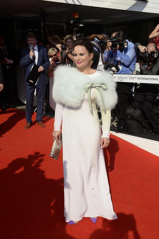 V bílé róbě Jitka zářila na zahájení karlovarského filmového festivalu.