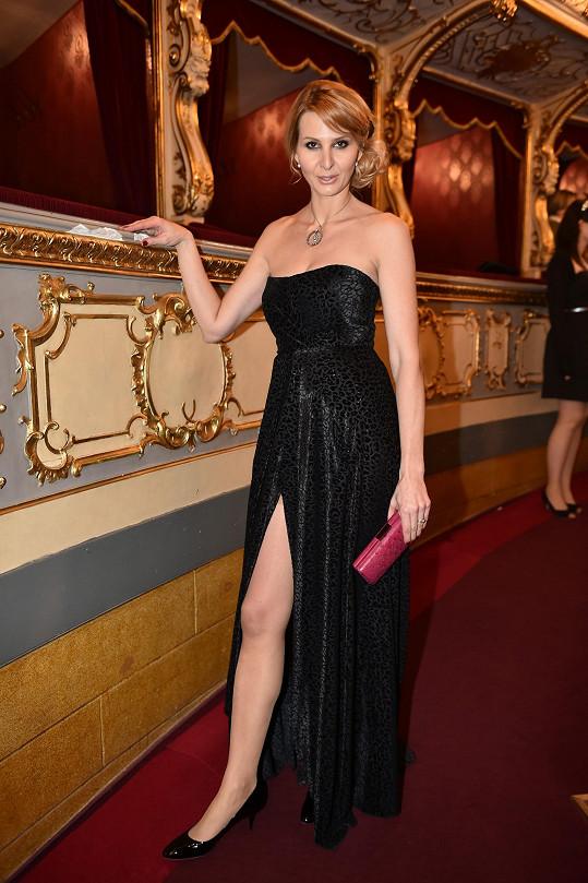 Mistrovu choť oblékla opět její dvorní návrhářka Beata Rajská. Ivana Gottová k šatům bez ramínek s jemným vzorkem šelmy zvolila kontrastní svítivě růžové psaníčko a boty Jimmy Choo.