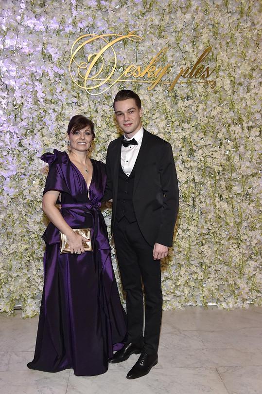 Zpěvák s Kateřinou Duškovou, manželkou organizátora plesu Jiřího Duška.