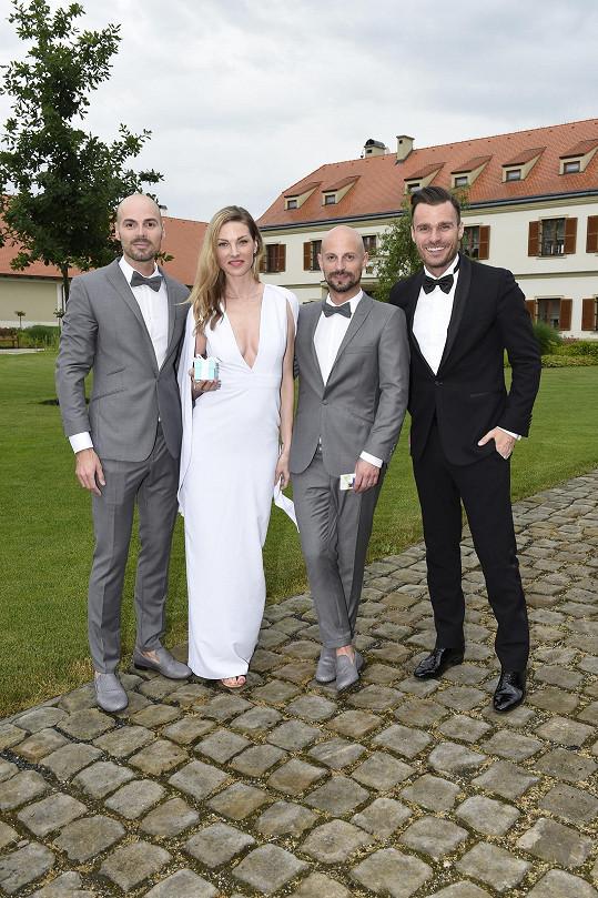 Na svatbě nemohli chybět Leoš Mareš a Pavlína Němcová, které stylista léta obléká.