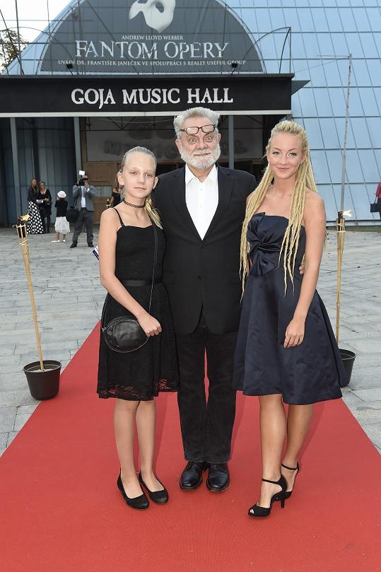 Václav Upír Krejčí (na snímku s dcerami) pro jistotu nechal doma i kravatu, asi aby ho nic neškrtilo.