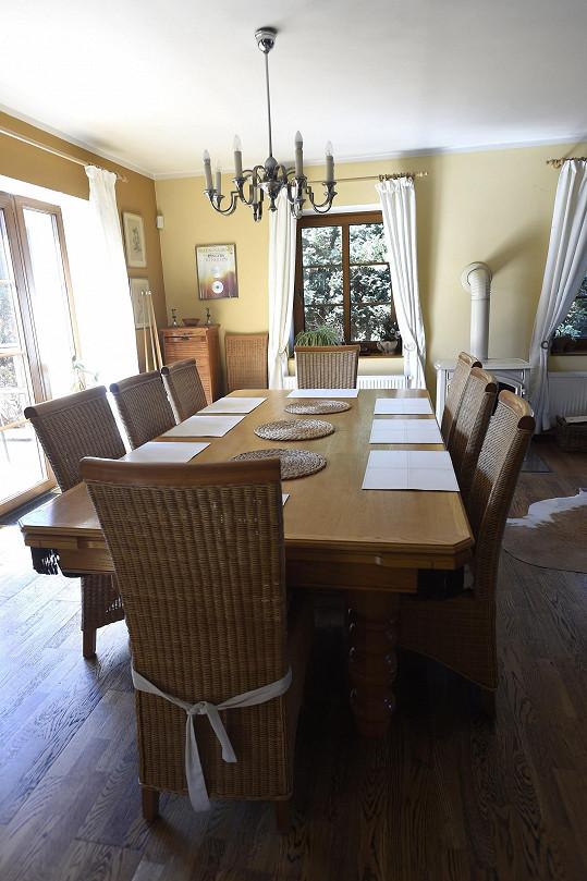Hlavní obývací prostor s jídelním stolem