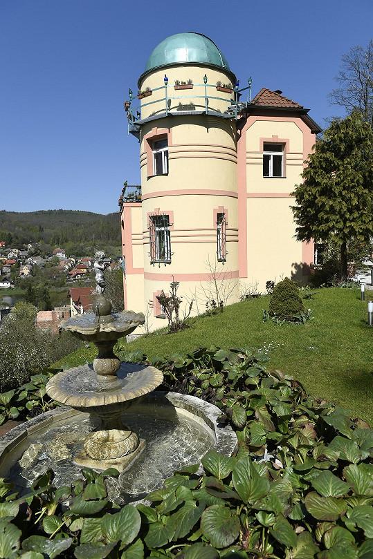 Osmany žije ve zrekonstruované hvězdárně v Nižboru.