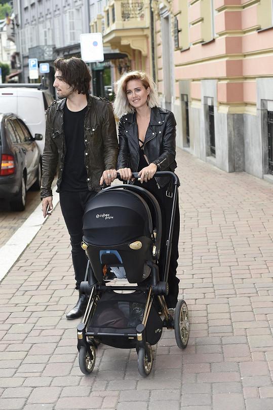 S partnerem Jordanem a dcerou Lennon na procházce.