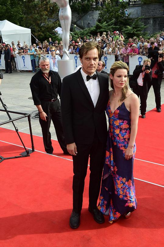 Závěrečný ceremoniál zpestřil americký herec Michael Shannon