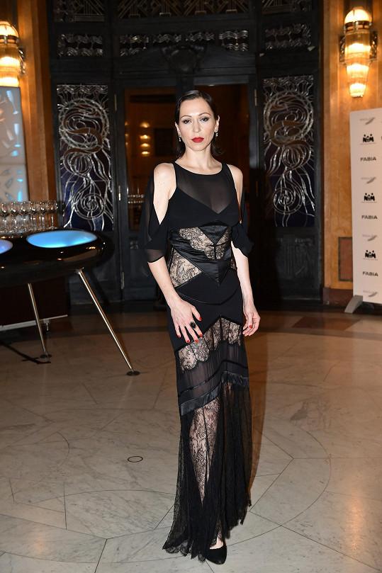 Během galavečera Fashion For Kids Zuzanu Stivínovou oblékla Klára Nademlýnská do šatů, které vznikly u příležitosti dvaceti let české mutace magazínu Elle.