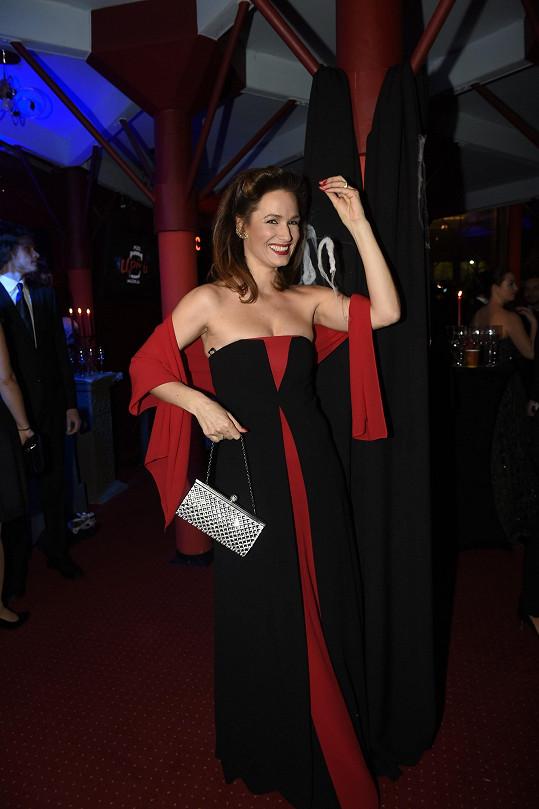 Klára Doležalová si vybrala róbu ze svého bohatého šatníku.