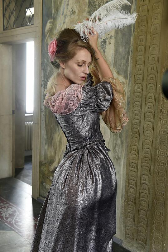 Veronika natáčela klip v barokním kostýmu.