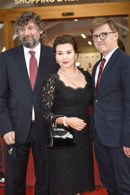 Herečka s manželem a synem, který už jí odjel do Anglie.