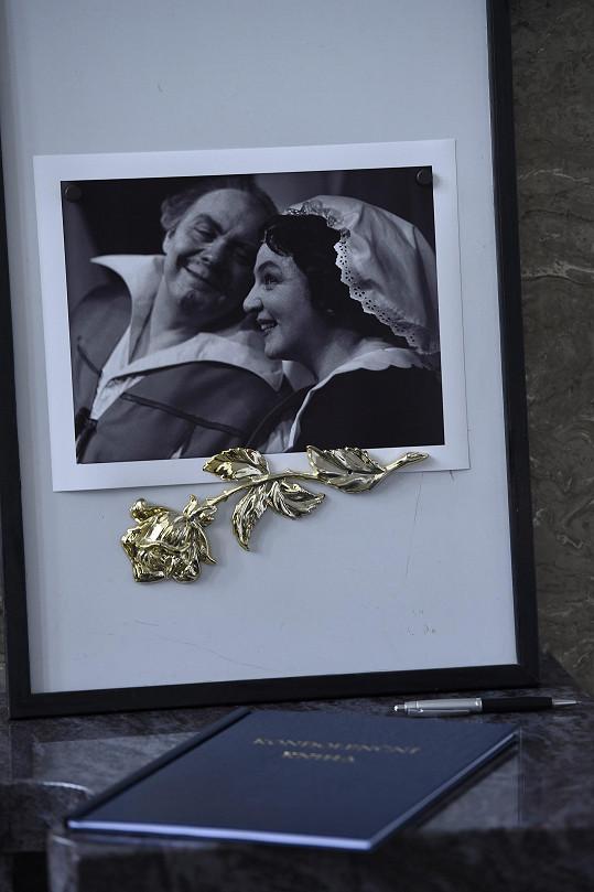 U kondolenční knihy byla vystavena fotografie Libuše Havelkové s Janem Pivcem z představení Veselé paničky windsorské.