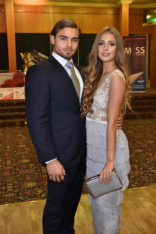 S přítelem vyrazila na vyhlášení soutěže Miss hasička ČeskoSlovensko, kde zasedla v porotě.