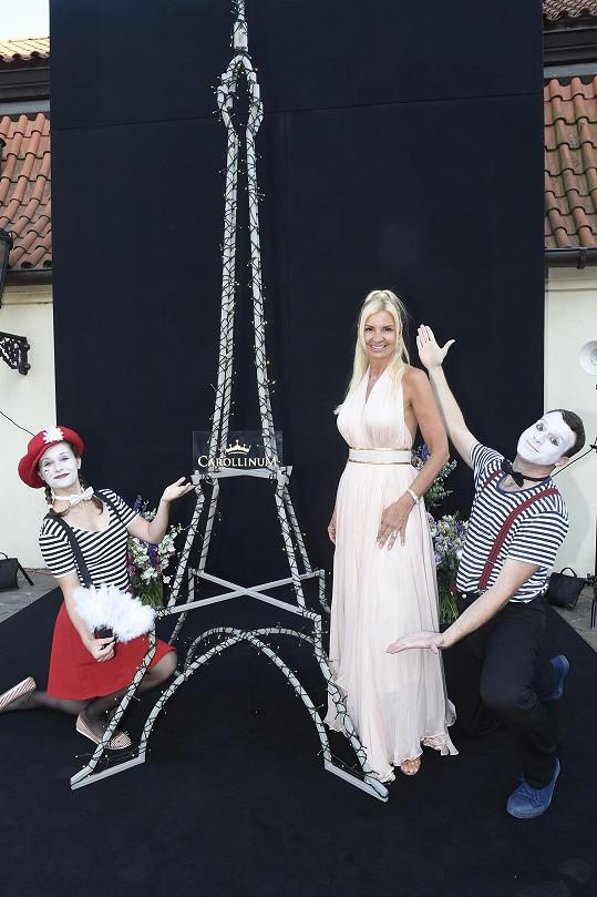 Párty měla nejrůznější francouzské kulisy včetně malé kopie Eiffelovy věže.