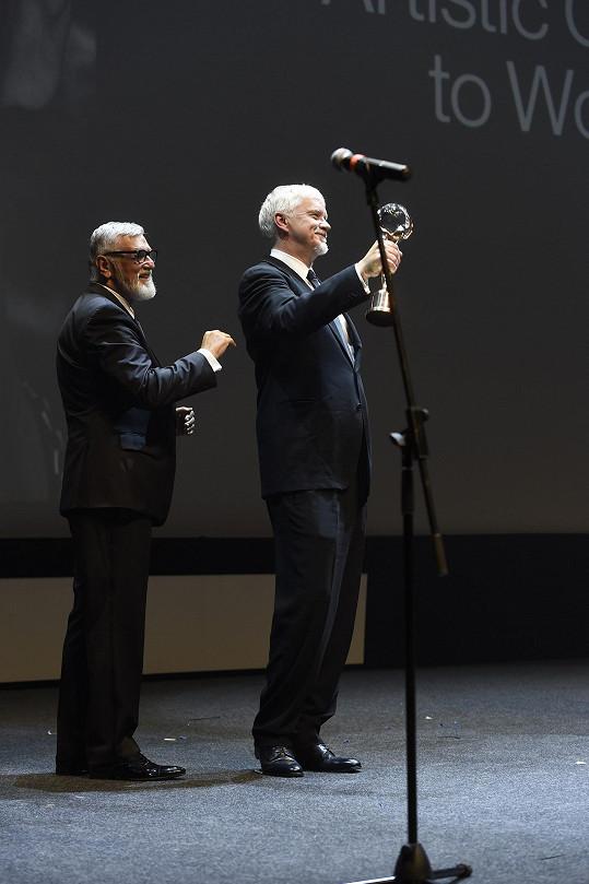 Tim Robbins převzal v Karlových Varech od Jiřího Bartošky cenu.