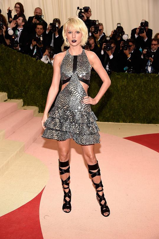Jako gladiátorka z budoucnosti se předvedla Taylor Swift s platinovou hřívou v modelu Louis Vuitton a ozdobená šperky Evy Fehren.