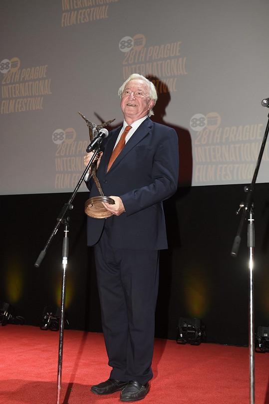 Jiří Lábus s cenou za celoživotní dílo, kterou dostal na zahájení festivalu Febiofest.