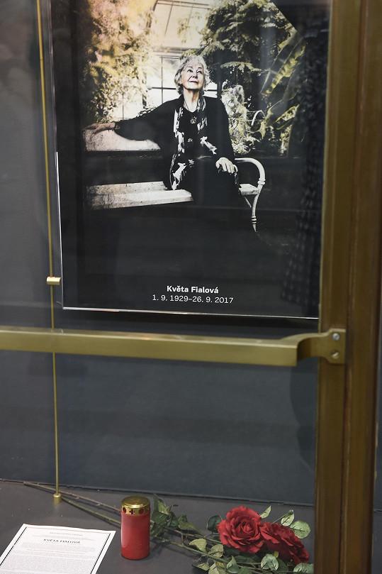 Pamětní deska před divadlem ABC