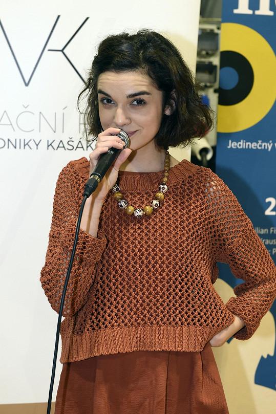 Brigita se v představení promění do Björk.