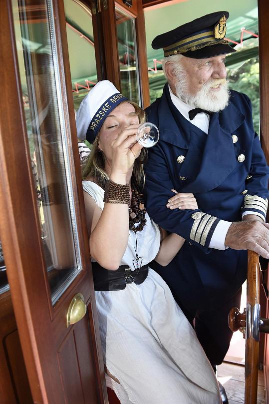 Už u kapitána do sebe začala klopit skleničky sektu.