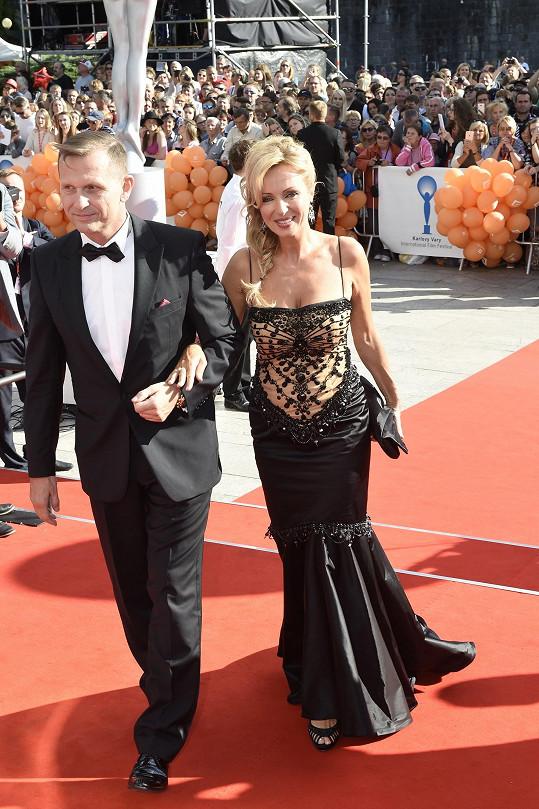Kateřina Brožová s Jaromírem Soukupem na zahájení filmového festivalu v Karlových Varech