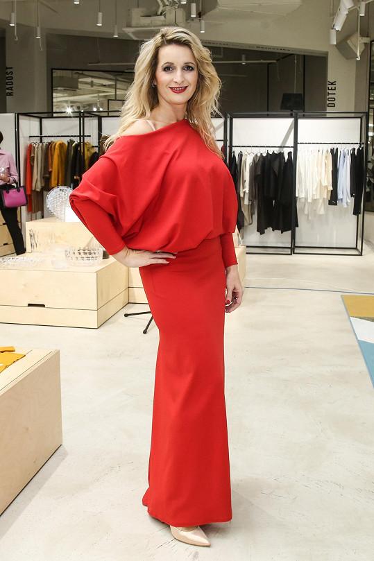 I ona obléká šaty od Pilařové.