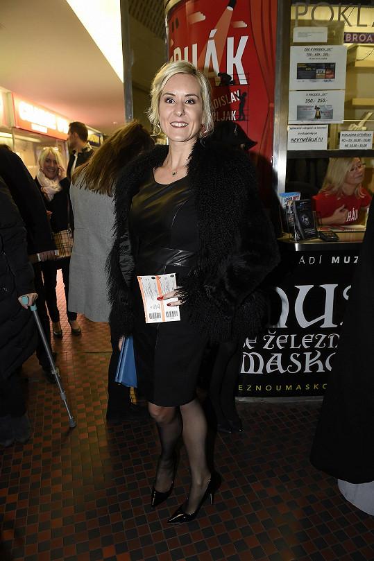 Jovanka Vojtková se přišla podívat na manžela Pepu, který si zahrál roli hajného. Kožené šaty byly ideální volbou.