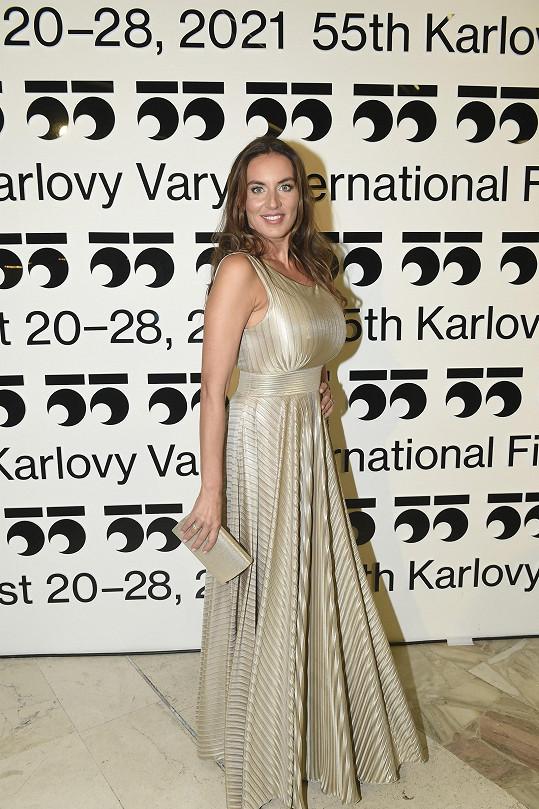 Lucie v Karlových Varech zářila ve zlaté róbě.