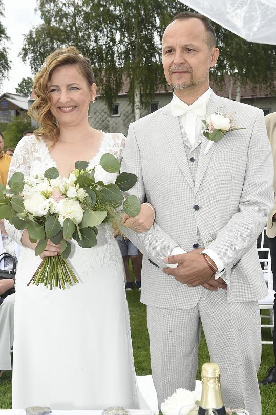 S půvabnou manželkou Evou při obřadu.