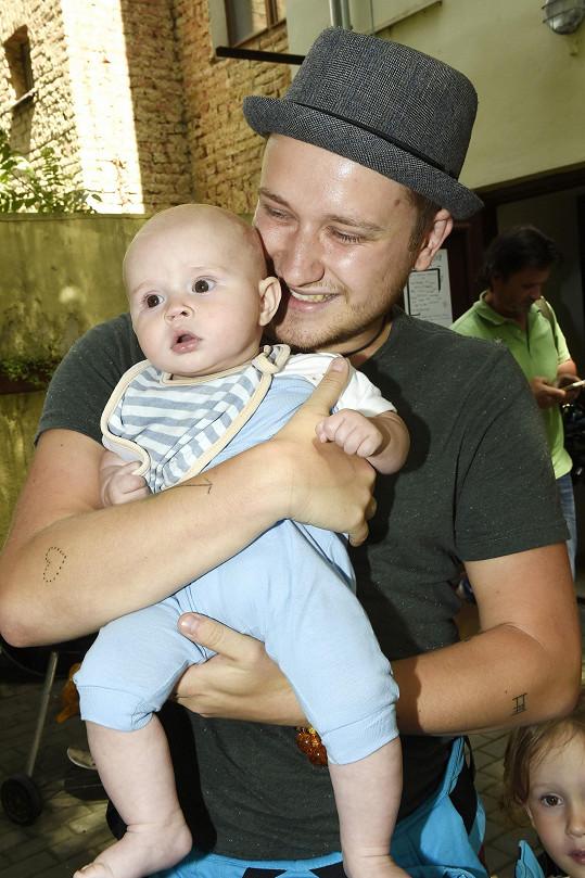 Písničkář s půlročním synem Jozuou