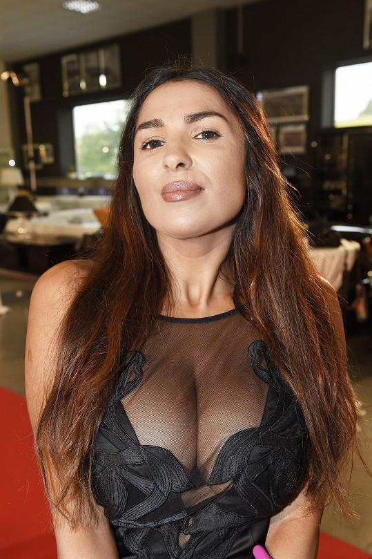 Oblékla pořádně sexy šaty.