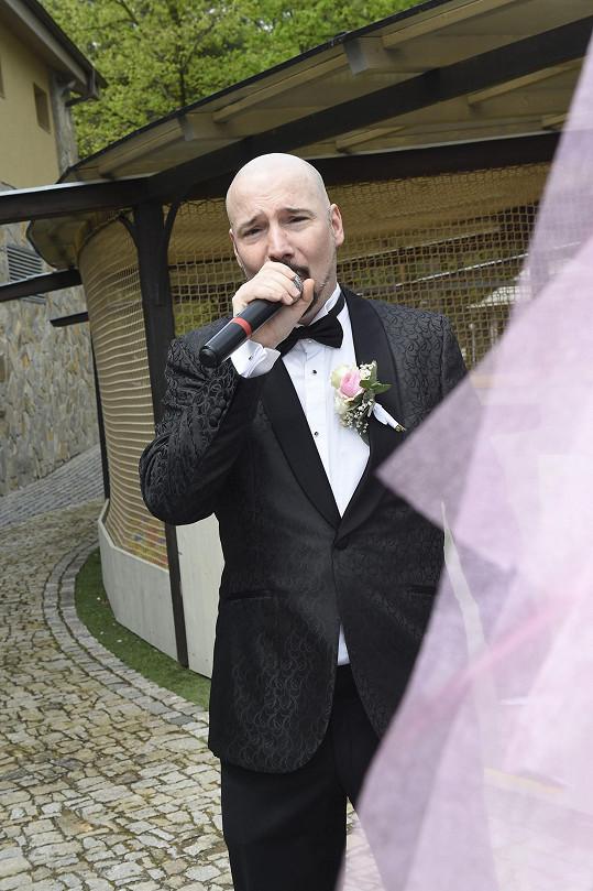 Bohuš Matuš na svatbě také zazpíval.
