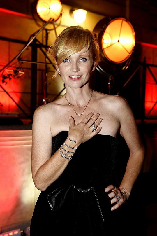 Jednoduché dlouhé večerní šaty bez ramínek Pietro Filipi doplnila herečka diamantovými šperky Gismondi z kolekce Essenza.