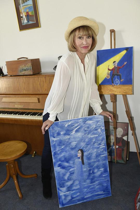 Ve volném čase se vrhla na malování.