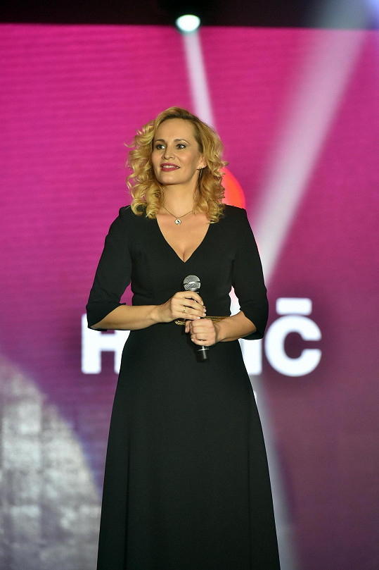 Na finále Miss Hasička v šatech Taťány Kovaříkové vypadala skvěle.