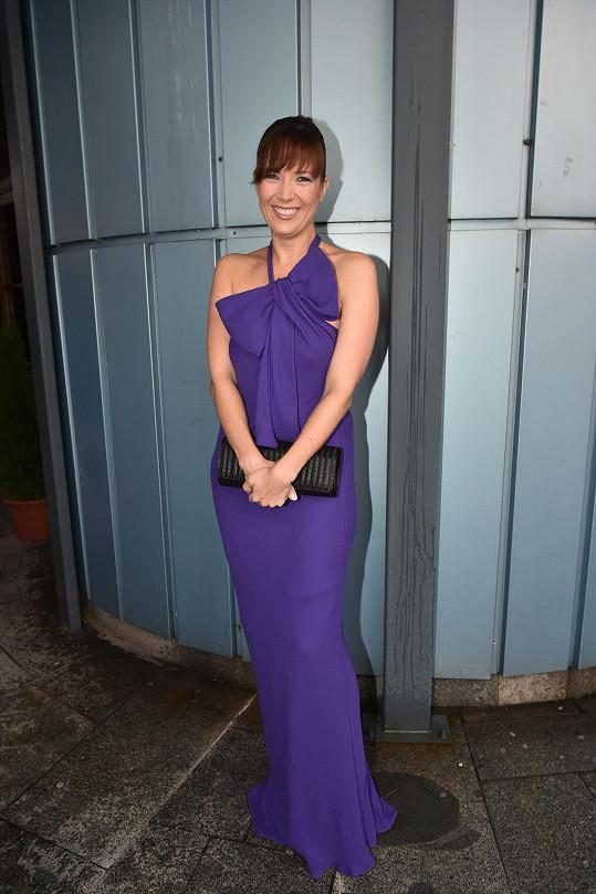 Tereza měla na premiéře krásné fialové šaty, upřesnila, že pod nimi má podprsenku bez ramínek.