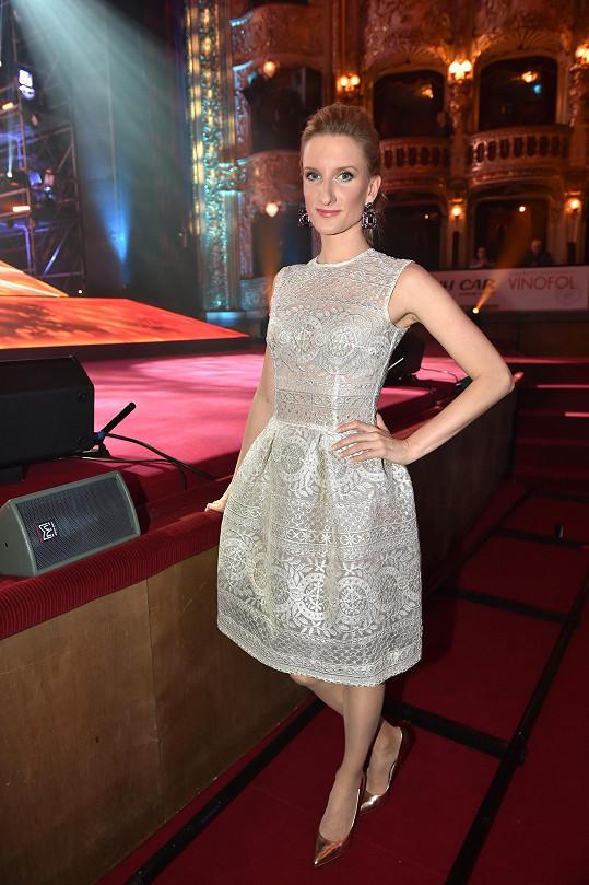 Nikoli dlouhé večerní šaty, ale roztomilé koktejlky vyšívané etnickým vzorem zvolila slovenská moderátorka Adela Banášová na udílení českých hudebních cen.