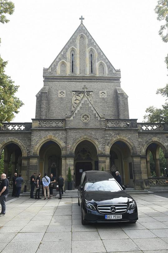 Poslední rozloučení se konalo v kapli svatého Václava na Vinohradském hřbitově v Praze.