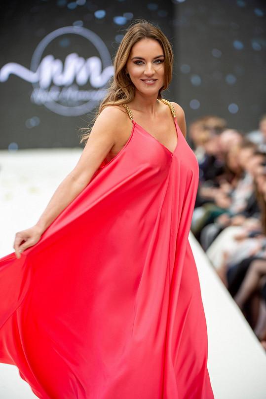 Vítězka miss z roku 2005 si show užila.