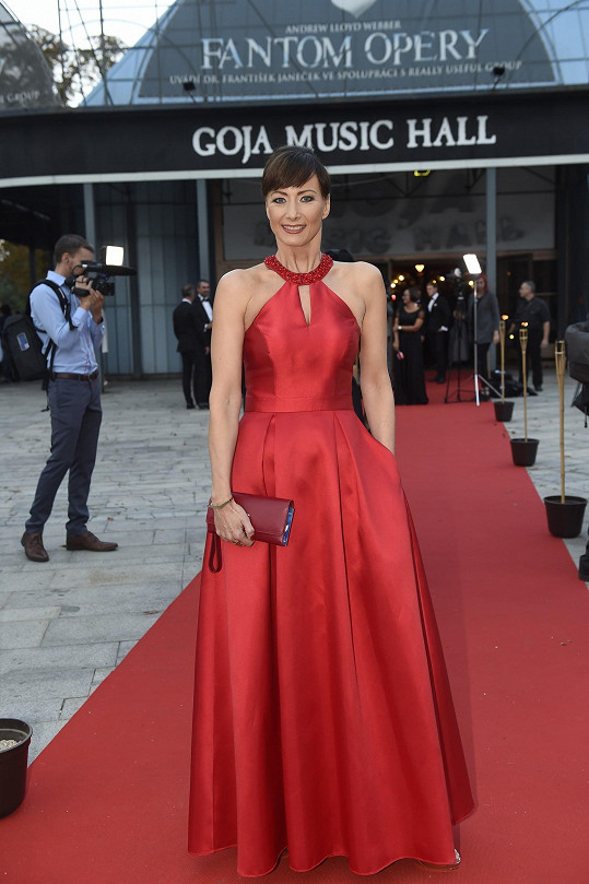 Daniela Šinkorová zvolila červenou barvu šatů.