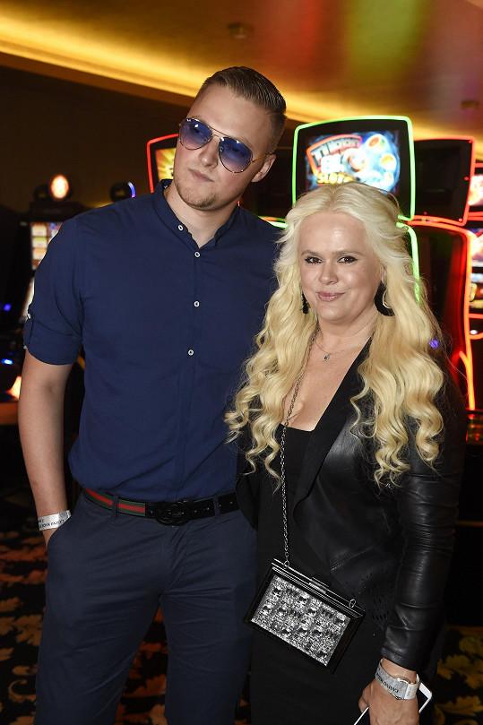 Páreček vyrazil na narozeninovou párty kasína.