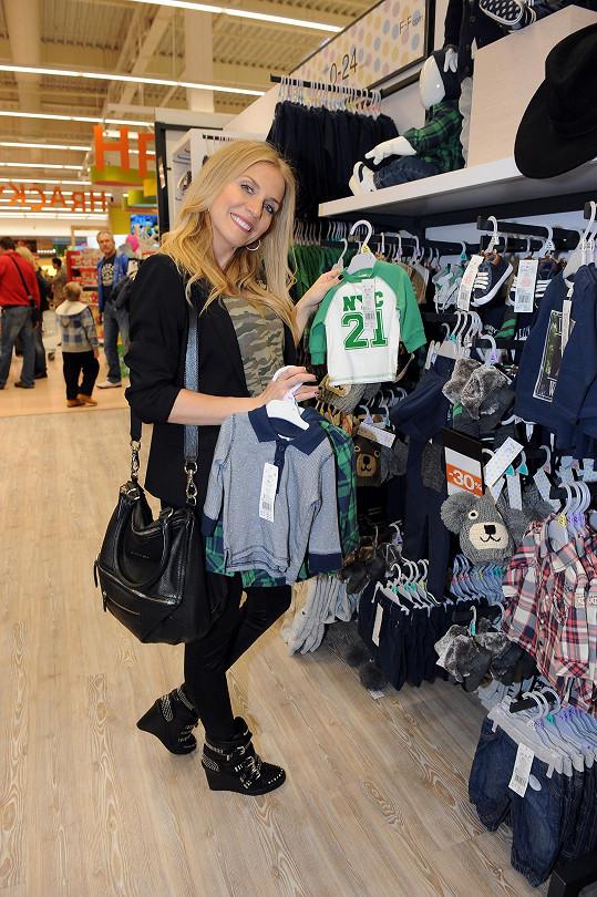 Oblečení pro miminko se moderátorce už nevleze do skříní, ona ale nakupuje dál a dál.