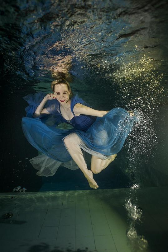 Jana Fabiánová hraje Vodní vílu.