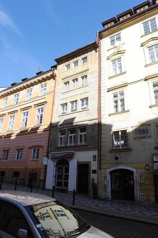 Roman Vojtek aktuálně bydlí v bytě Jitky Čvančarové na Malé Straně.