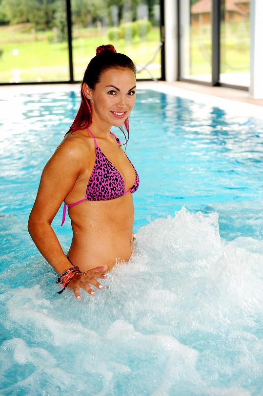 Kamila vypadá v plavkách výborně.