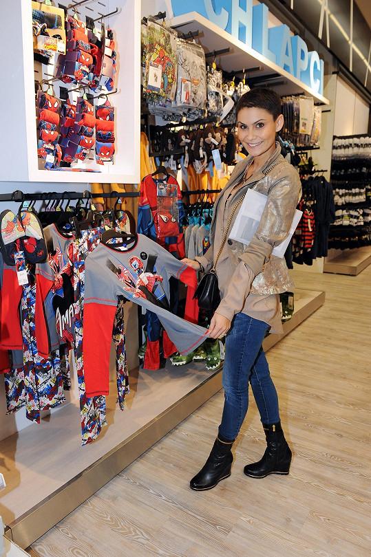 Zatímco Vlaďka vybírala oblečení v nově otevřené prodejně F&F v Letňanech, její děti si hrály v audiovizuálním dětském koutku.