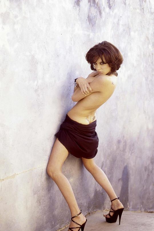 Takhle se Angelina předváděla v 19 letech.
