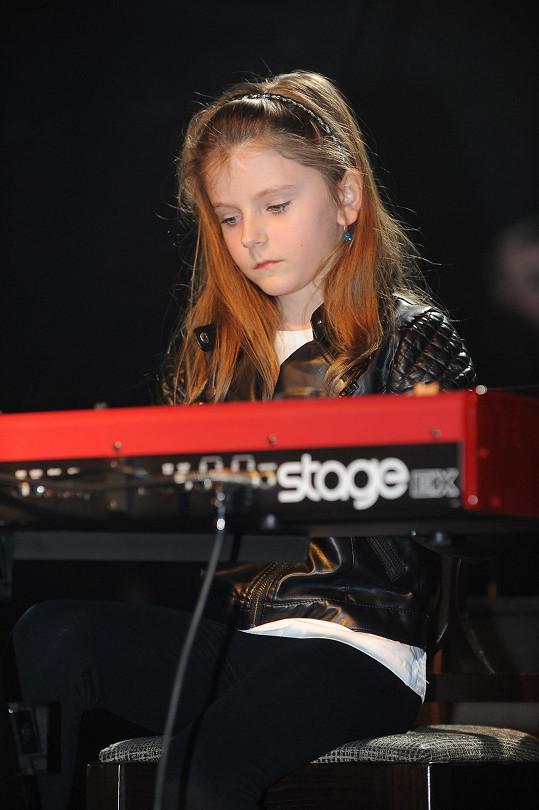 Noemi hraje na klavír.