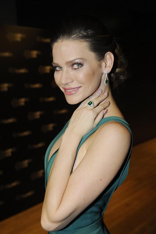 Róbu doplnila nádhernými smaragdovými náušnicemi a prstenem.