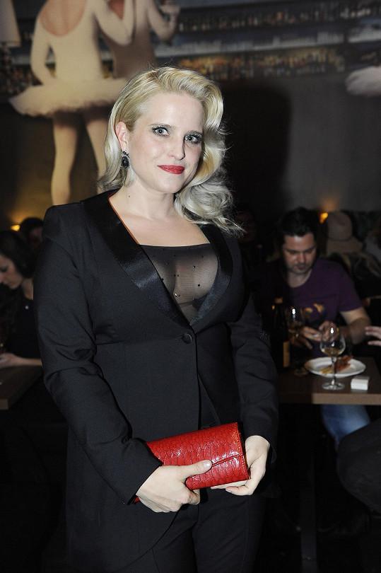 Ta byla také jedinou ženou, která jí na párty mohla konkurovat, co se dekoltu týče.